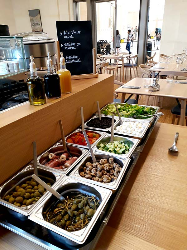 Salade bar pour composer soi-même sa salade fraîche au brunch.