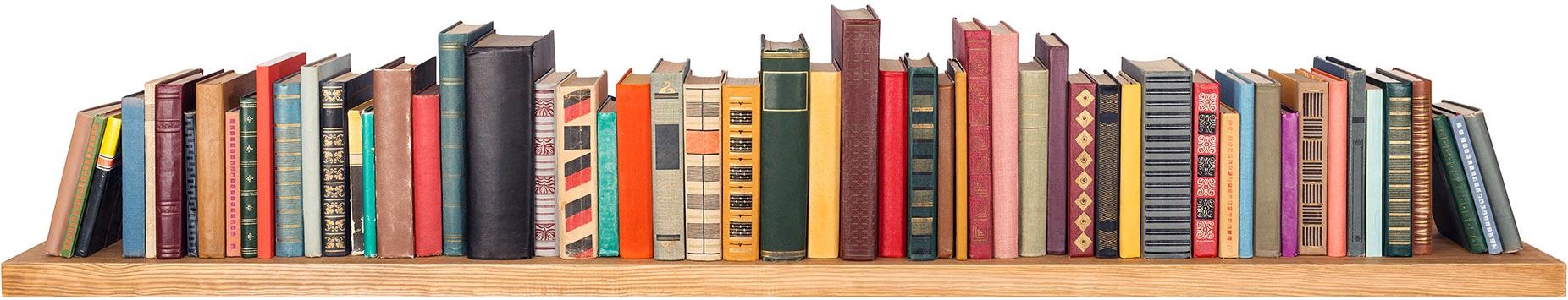 étagère en bois avec des livres