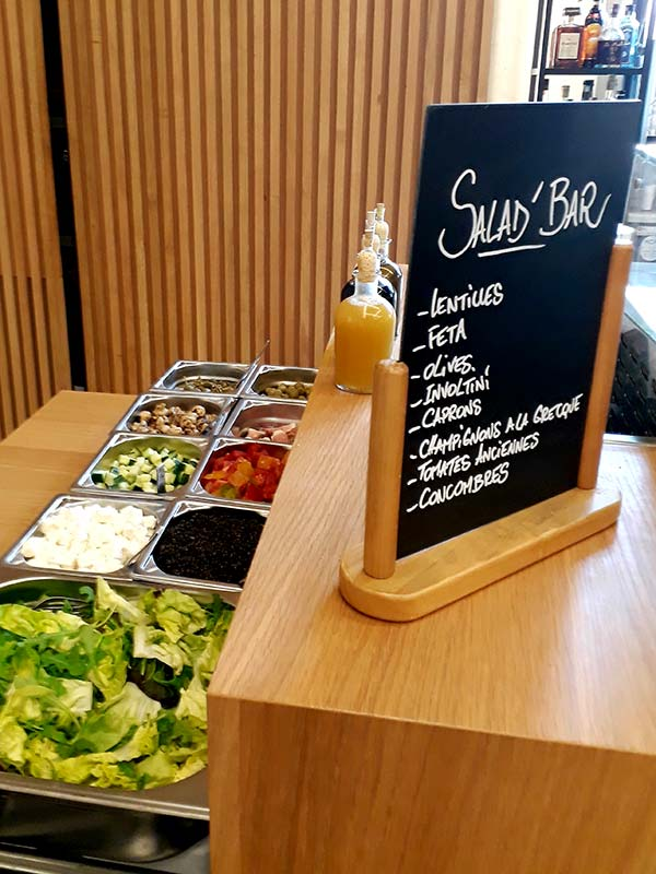 le salade bar propose de faire sa salade à son goût. Lentilles, fêta, olives, onvoltini, caprons, champignons à la grecque, tomates anciennes, concombre.