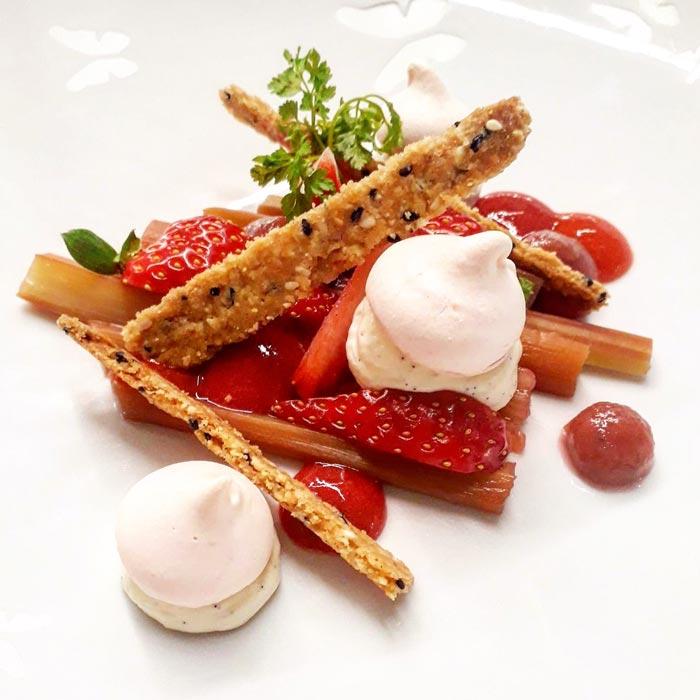 dessert rhubarbe confite, biscuit sésame, fraise, meringue au poivre