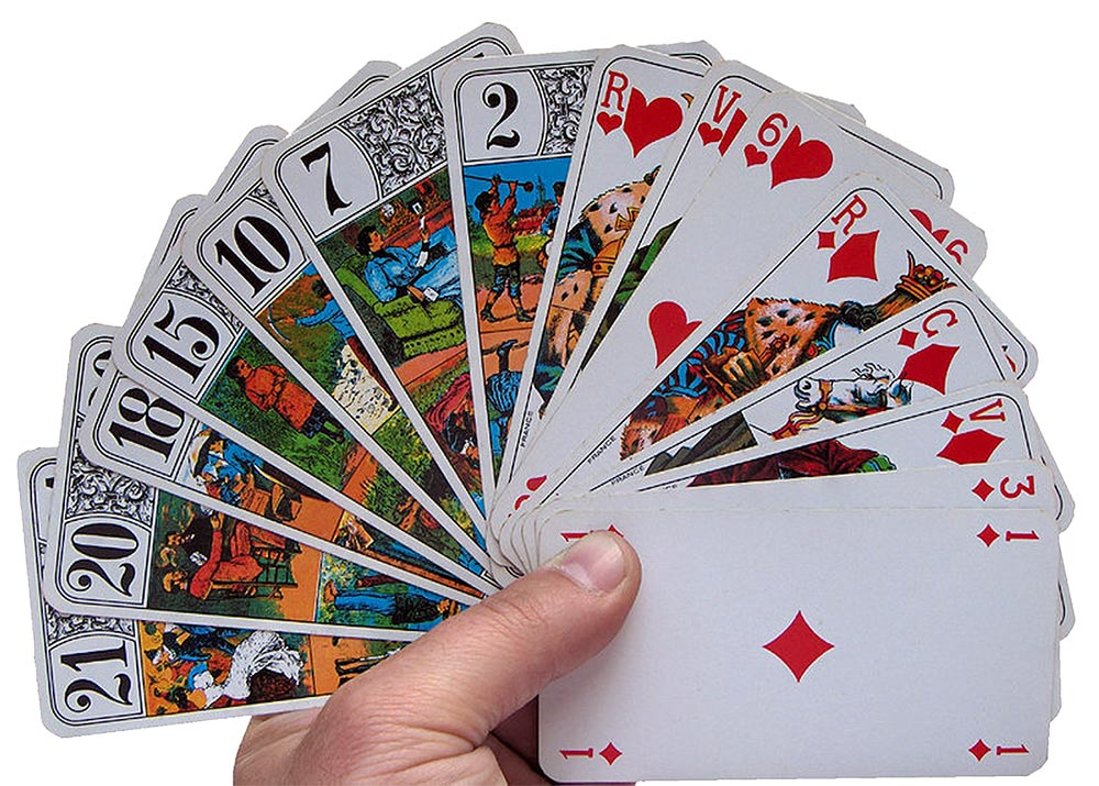 jeu de tarot tenu en main