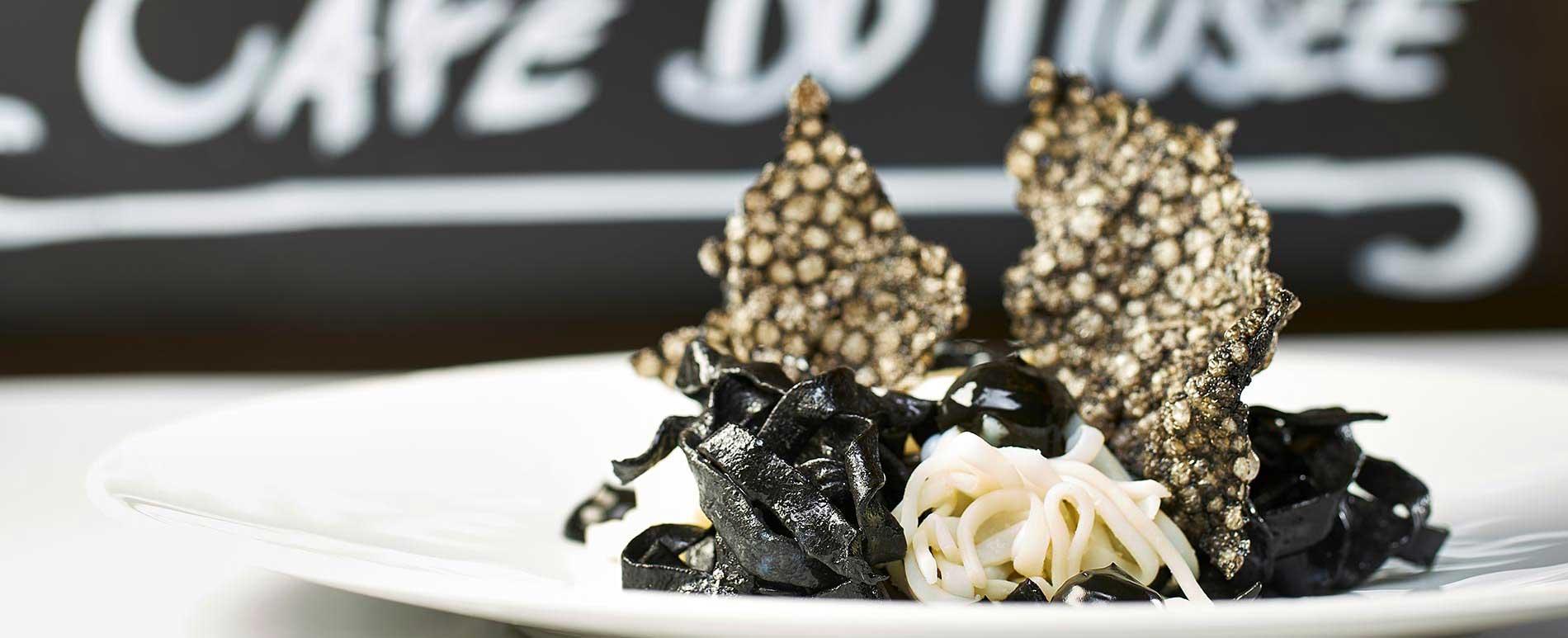 hommage a pierre soulages brou de noix encornet tagliatelle a l'encre seiche, mayonnaise a l'ail noir