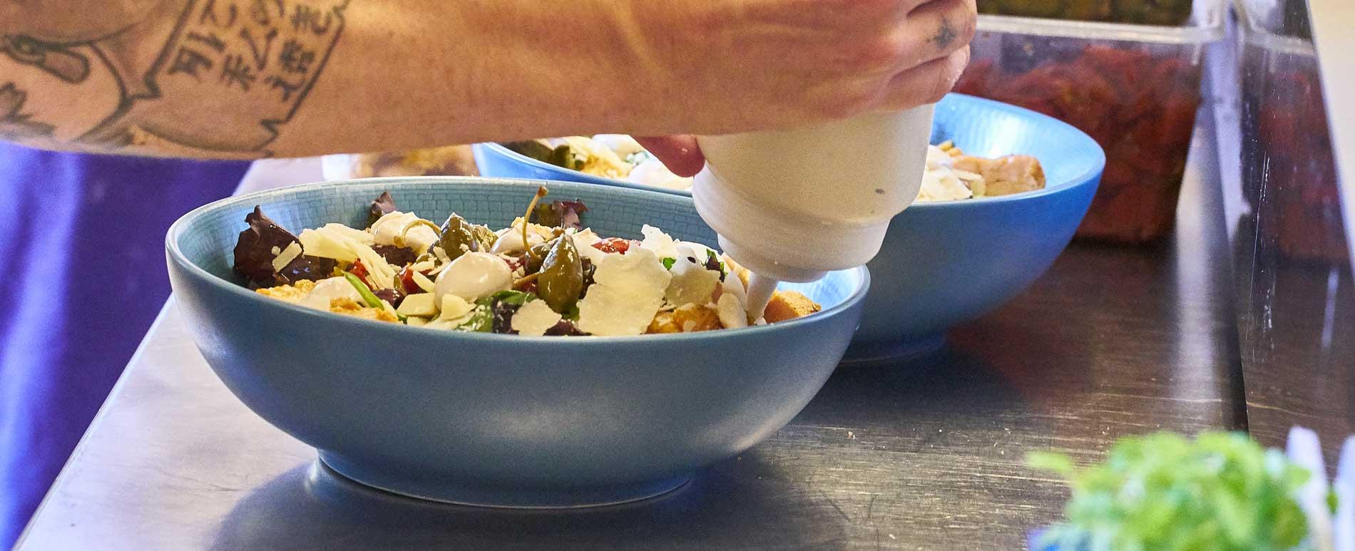 salade caesar, mayonnaise aux anchois, caprons, tomates confites, croutons, poulet mariné, snacking, plat sur le pouce, après-midi café du musée, déjeuner rapide